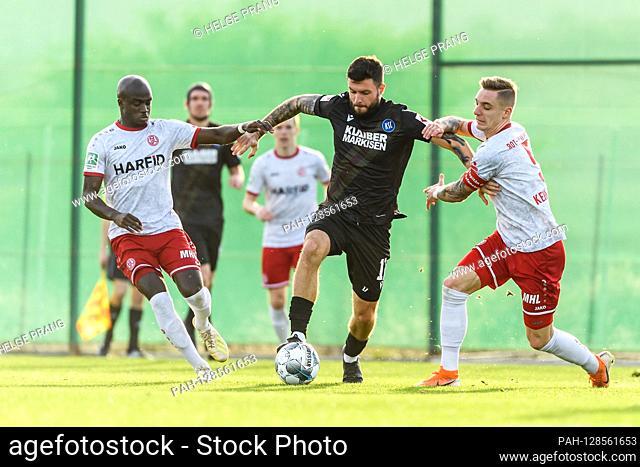Amara Conde (Essen), Marco Djuricin (KSC) in duels with Marco Kehl-Gomez (Essen) (from left) .. GES / Football / 2. Bundesliga: Karlsruher SC - training camp