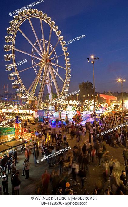 Visitors to the Stuttgart festival, Cannstatter Wasen, fun rides, ferris wheel, evening, Bad-Cannstatt, Stuttgart, Baden-Wuerttemberg, Germany