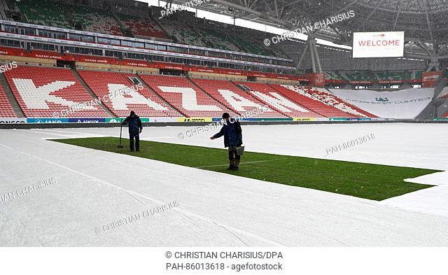 Zwei Green-Keeper pflegen am 26.11.2016 in Kasan, Russland, ein Rasenstück im Kazan Arena Stadion. Das restliche Spielfeld im Stadion ist zum Schutz gegen...