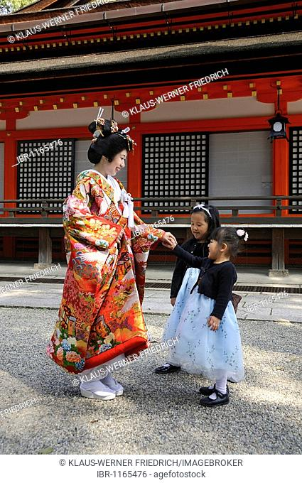 Bride wearing a traditional kimono with young bridesmaids in a Shinto wedding in the Yasaka Shrine, Maruyama Park, Kyoto, Japan, Asia