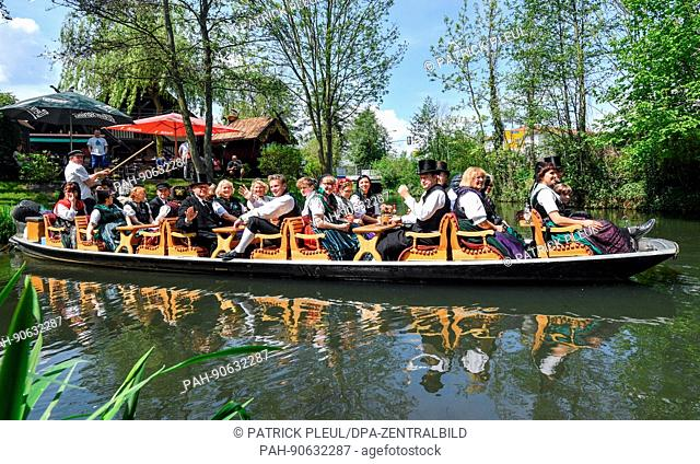 dpatop - People in traditional costumes from Flaeming Heath ride a Spreewald barge along a stream during the federal general assembly of the German traditional...