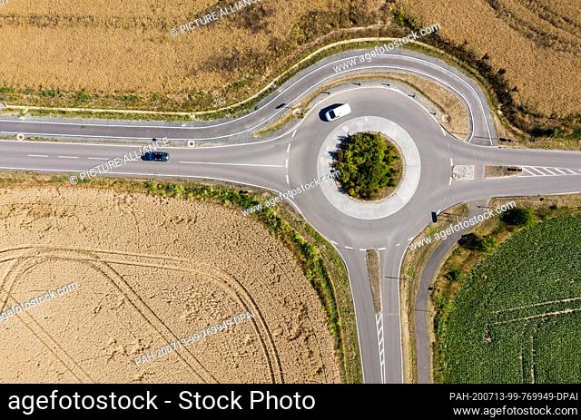 13 July 2020, Saxony, Espenhain: Two cars drive through a roundabout between grain fields. (aerial photo with drone) Photo: Jan Woitas/dpa-Zentralbild/dpa