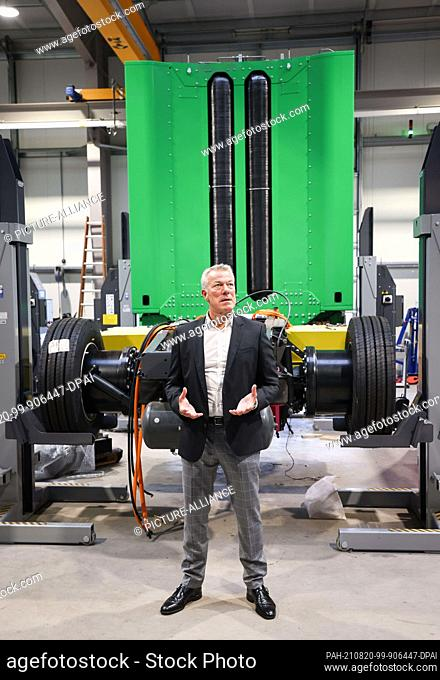 19 August 2021, Lower Saxony, Winsen (Luhe): Dirk Graszt, CEO Clean Logistics GmbH, stands in front of a tractor unit equipped with a hydrogen fuel cell and...