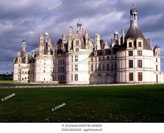 Schloss Chambord an der Loire, Département Loir-et-cher, Frankreich im dramatischen Licht. Château de Chambord in the Loire Valley, France