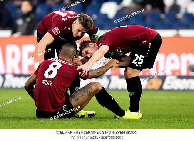 WALACE (H) sits on the pitch, Waldemar ANTON (mi., H) and Oliver SORG (right, H) see after him, injured, injury, full figure, sitting, Soccer 1st Bundesliga