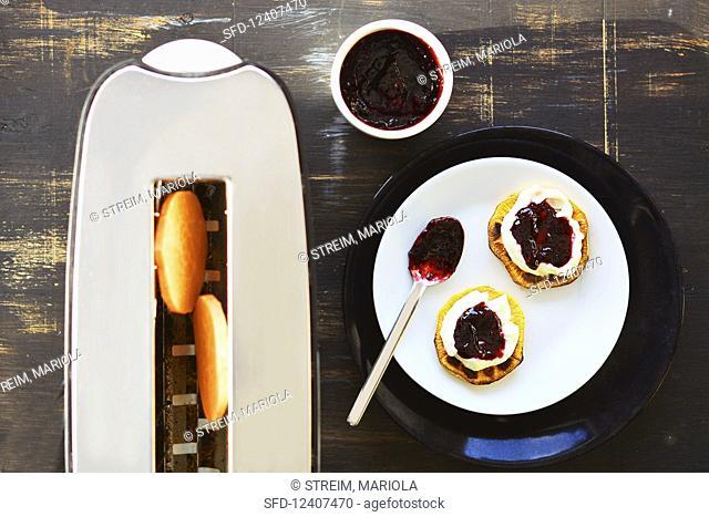 Sweet potato toasts with quark and jam