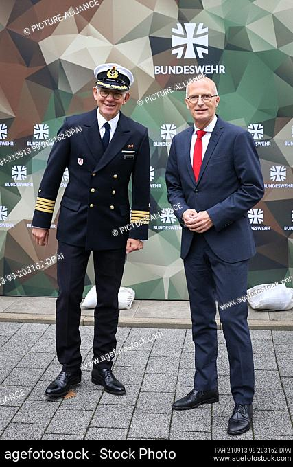 13 September 2021, Hamburg: Peter Tschentscher (SPD), First Mayor of Hamburg, and Michael Giss (l), Captain at Sea and Commander of the Hamburg State Command