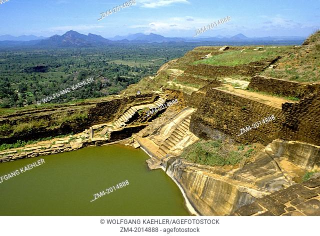 SRI LANKA, SIGIRIYA, ANCIENT FORTRESS, REMAINS OF FORMER LIVING QUARTERS, WATER RESERVOIR