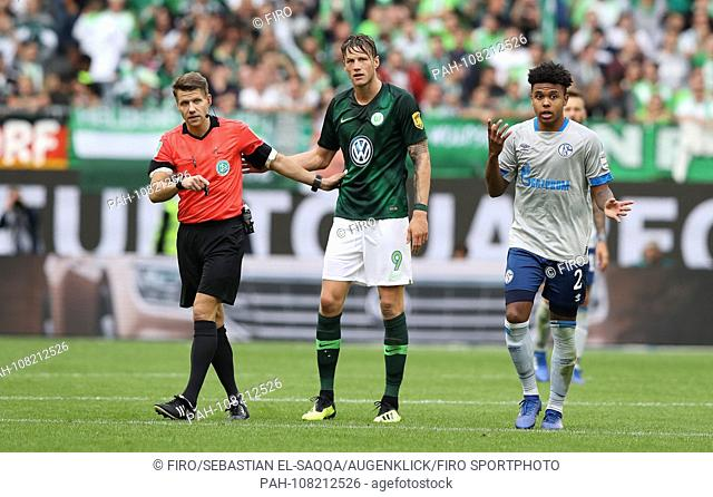 firo Football, 25.08.2018 1st Bundesliga, 1st BL Season 2018/2019 VfL Wolfsburg - S04 FC Schalke 04 2: 1 VfL Wout Weghorst, gesture, gesture, referee, referee