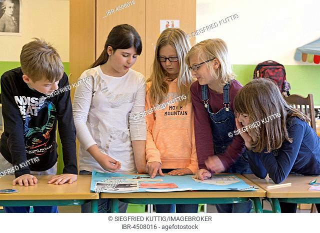 Students in group lessons, primary school, Lower Saxony, Germany