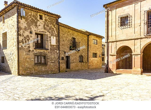 View of a Castilian style house whose façade presents a poem dedicated to Cid Campedor
