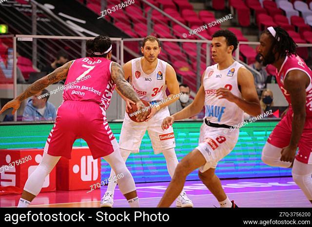 Bonn, Germany, 09. 01. 2021, Telekom Dome, Basketball Bundesliga, Telekom Baskets Bonn vs s. Oliver Wuerzburg: Chris Babb (Bonn) und Felix Hoffmann (Wuerzburg)...