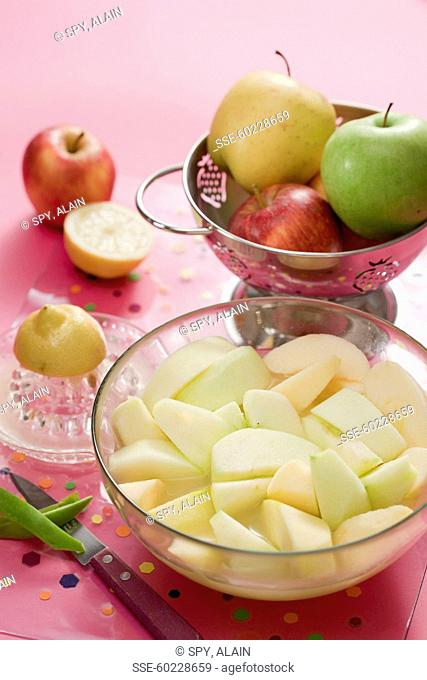 Peeling and cutting the apples and coat with lemon juice