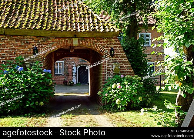 Europe, Germany, Lower Saxony, Altes Land near Hamburg, Hamburg metropolitan area, Jork-Estebrugge, Esteburg, historic building, from 1609, gatehouse and moat
