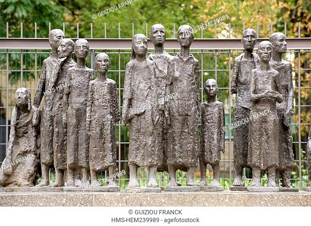Germany, Berlin, district of Scheunenviertel Street Grosse Hamburger Strasse, sculpture by Will Lammert represents a group of women exhausted