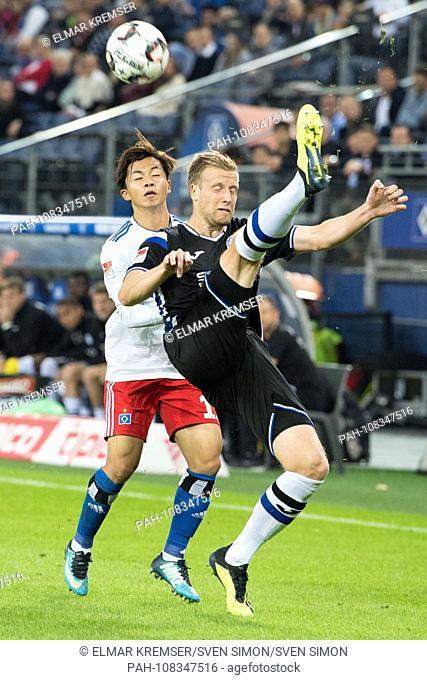NO SALES IN JAPAN! Tatsuya ITO, left, HSV Hamburg Hamburg Hamburg, versus Tom SCHUETZ, Arminia Bielefeld, action, duels, football 2nd Bundesliga, 3rd matchday