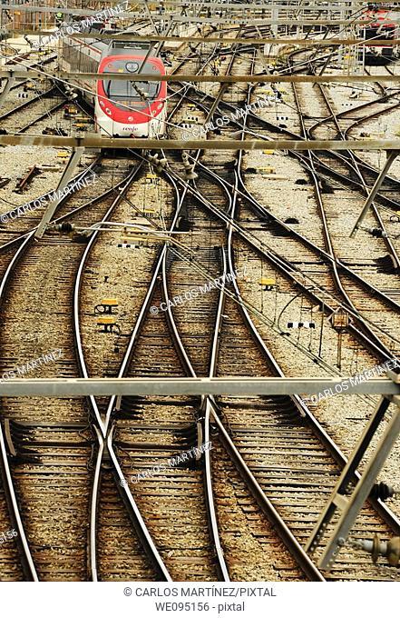Tren, catenaria y cambio de agujas en vías de tren