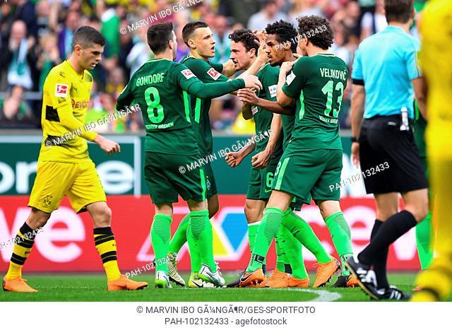 jubilation about the 1: 1: goalkeeper Thomas Delaney (Werder Bremen) is acclaimed in the mitte. GES / Football / 1st Bundesliga: Werder Bremen - Borussia...