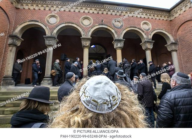 20 February 2019, Thuringia, Erfurt: The mourning congregation accompanies the coffin of Wolfgang Nossen, former chairman of the Jewish state congregation in...