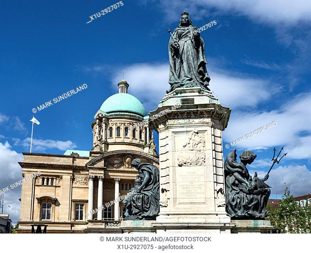 Queen Victoria Statue and Hull City Hall in Queen Victoria Square Hull Yorkshire England