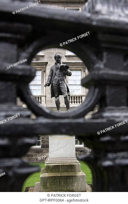 STATUE OF THE IRISH WRITER OLIVER GOLDSMITH IN FRONT OF TRINITY COLLEGE, COLLEGE STREET, DUBLIN, IRELAND