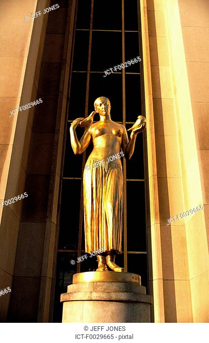 France, Paris, Palais de Chaillot, statue