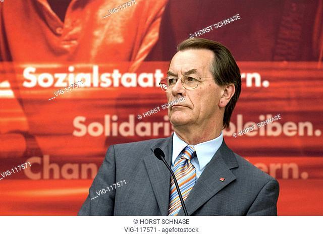 Franz MUENTEFERING ( SPD ), chairman of the parliamentary group, at the Ruhrcongress in Gelsenkirchen. - GELSENKIRCHEN, NRW, GERMANY, 27/08/2004