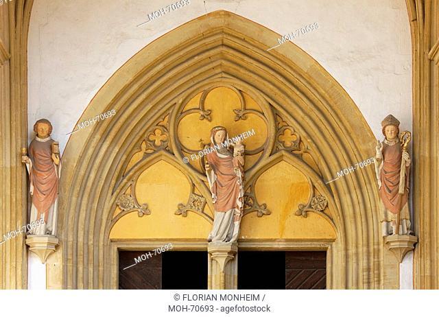 Vorhalle Paradies innen, Portal, Maria mit Kind, Kirchenpatrone Martinus und Severus