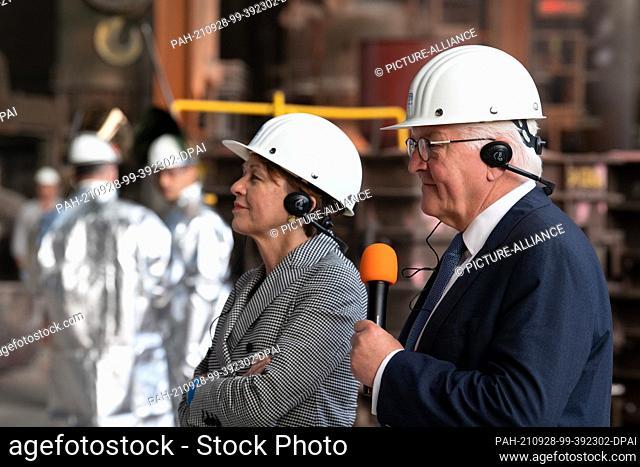 28 September 2021, North Rhine-Westphalia, Mülheim an der Ruhr: Federal President Frank-Walter Steinmeier and his wife Elke Büdenbender watch a crane being cast