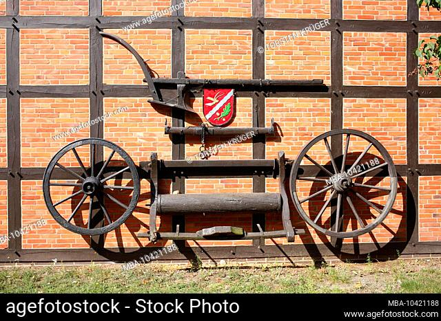 Old wheels, half-timbered house, Oyten, Lower Saxony, Germany, Europe