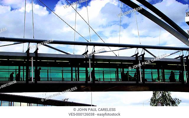 Geschlossene Fußgängengerbrücke