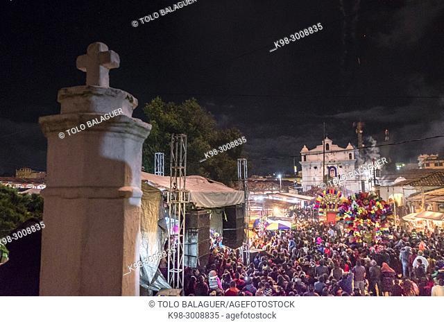 fuegos artificiales durante las fiestas patronales, Santo Tomás Chichicastenango, República de Guatemala, América Central