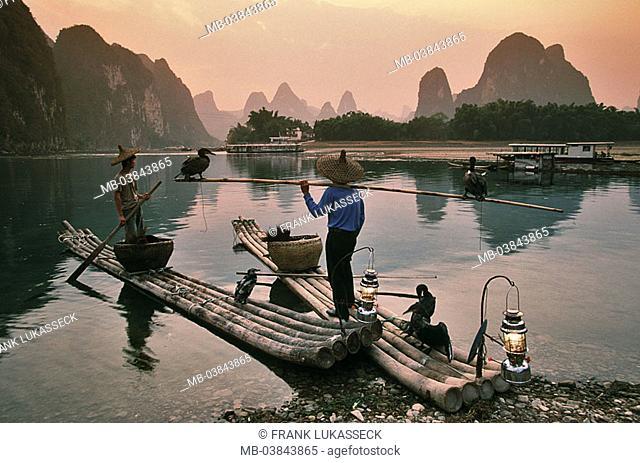China, Guangxi, Yangshuo, Li Jiang, bamboo-boats, Kormoranfischer, Kormorane, Phalacrocorax carbo, evening-mood, Asia, Eastern Asia, Li river, waters, shores