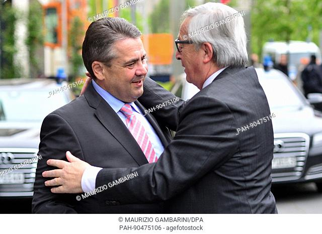 Sigmar Gabriel (SPD), the German foreign minister, and Jean-Claude Juncker (R), the president of the European Commission (EC), at a book presentation in Berlin
