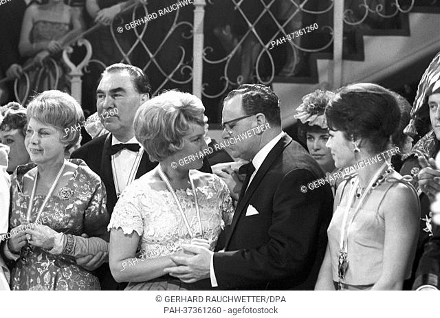 The traditional Bal Paré takes place in Munich. The picture shows (l-r) Anny Ondra, Max Schmeling, Maria Schell, Federal Minister Richard Stücklen and Marianne...