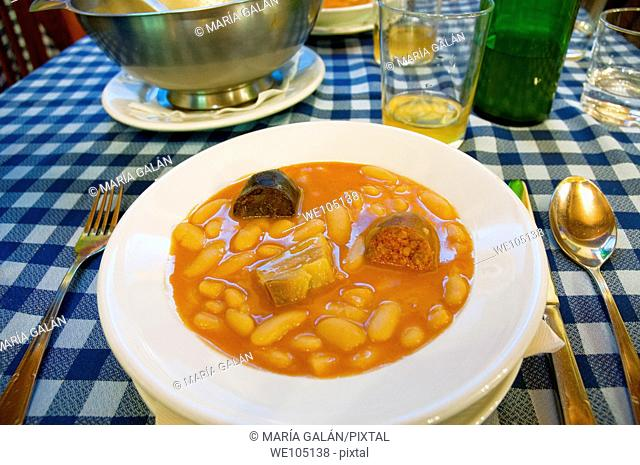 Fabada asturiana serving