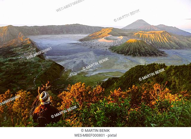 Indonesia, Java, Bromo Tengger Semeru National Park, Tourist looking down to Bromo Volcano