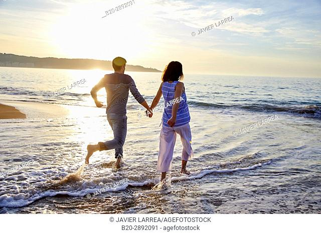 Couple, Beach, Hendaye, Aquitaine, Pyrenees Atlantiques, France, Europe