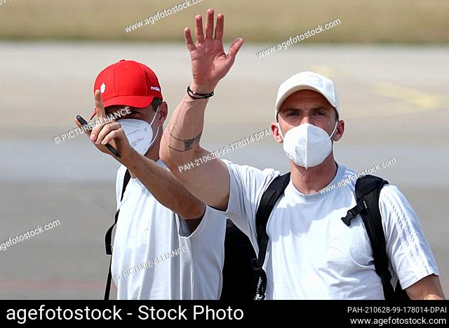 28 June 2021, Bavaria, Nuremberg: Football: European Championship, Round of 16, before the match England - Germany, departure of the national team from Albrecht...