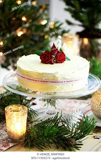 A Christmas cake with red roses