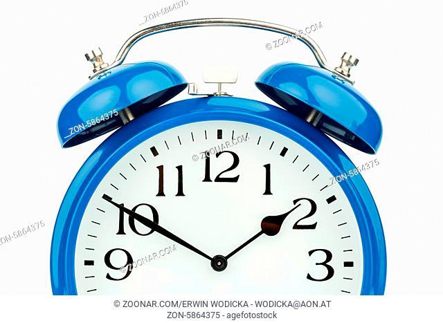 Ein blauer Wecker auf weißem Hintergrund. Mikt weißem Ziffernblatt