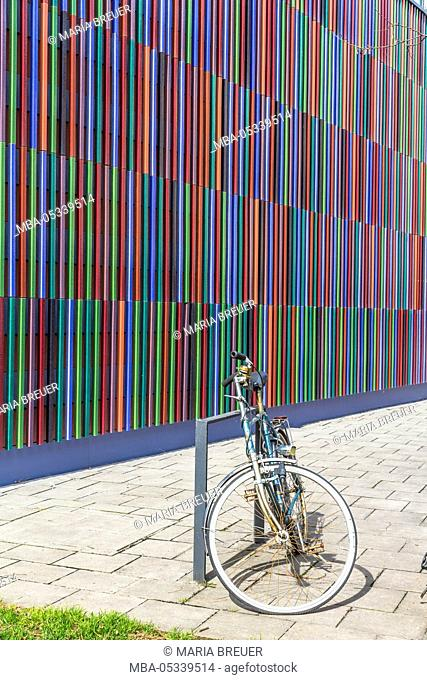 Rusty bicycle in front of the museum Brandhorst, detailed view of the facade, opened in 2009, architect Sauerbruch Hutton