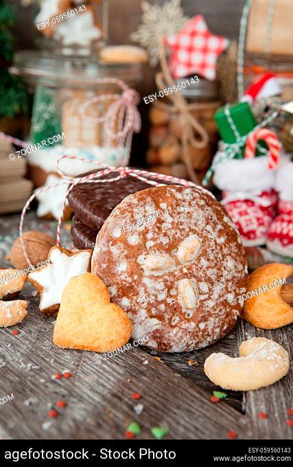 Leckere Elisenlebkuchen und verschiedene Plaetzchen zu Weihnachten