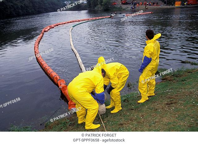 INSTALLATION OF A FLOATING ANTI-POLLUTION DAM BY THE CMIC MOBILE CHEMICAL INTERVENTION CELL, BREST, FINISTERE 29, FRANCE