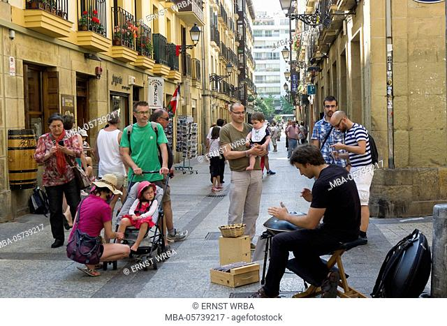 Street musician in the Old Town, Donostia-San Sebastián, Gipuzkoa, the Basque Provinces, Spain