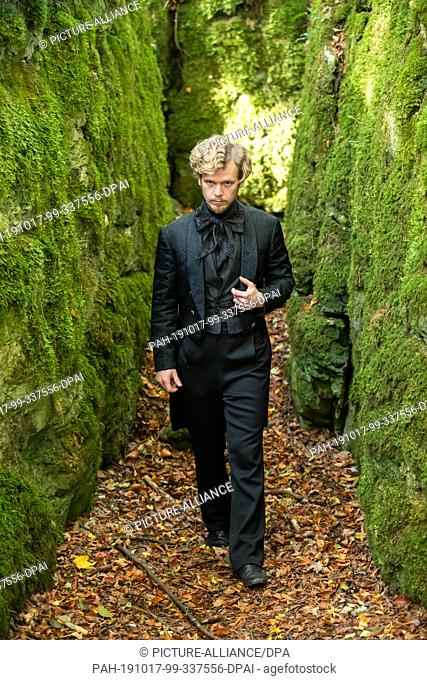 """17 October 2019, Bavaria, Wiesenttal: The actor Simon Jensen, in the role of Duke Egbert, is on the edge of shooting for the ARD fairy tale film """"""""Der starke..."""