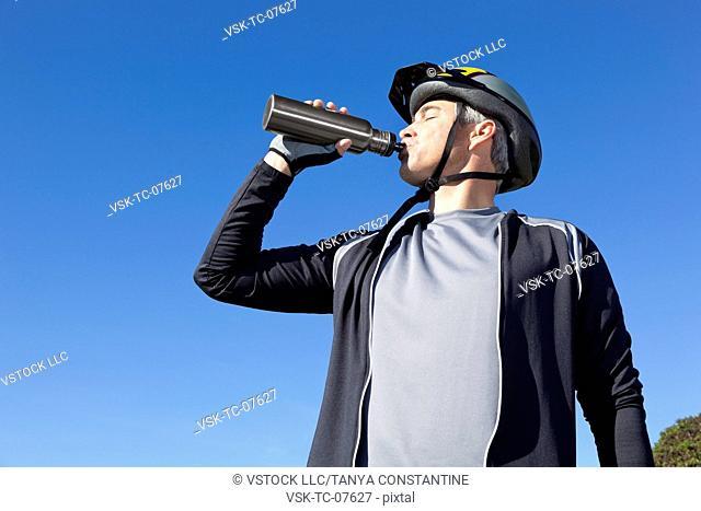 USA, California, Tiburon, Cyclist drinking water