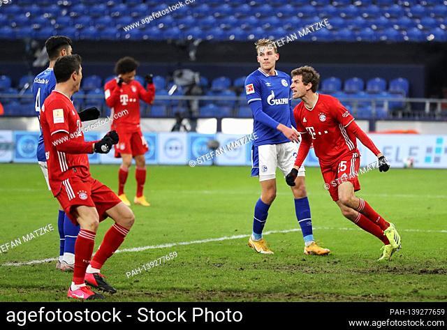 goaljubel Thomas MUELLER (MULLER, FC Bayern Munich) after goal to 0-1, jubilation, joy, enthusiasm, action. Hi: e: Timo BECKER (FC Schalke 04)