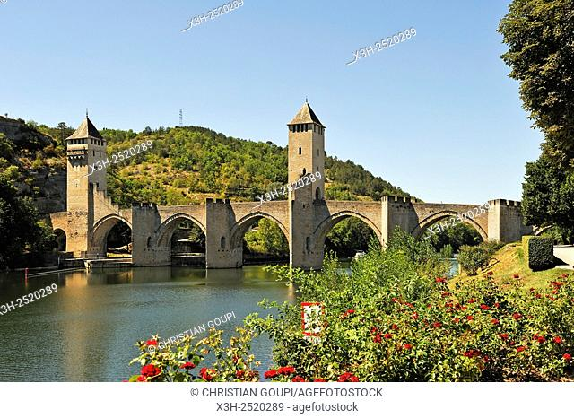 Pont Valentre, 14th-century stone arch bridge crossing the Lot River, Cahors, Lot department, region of Midi-Pyrenees, southwest of France, Europe