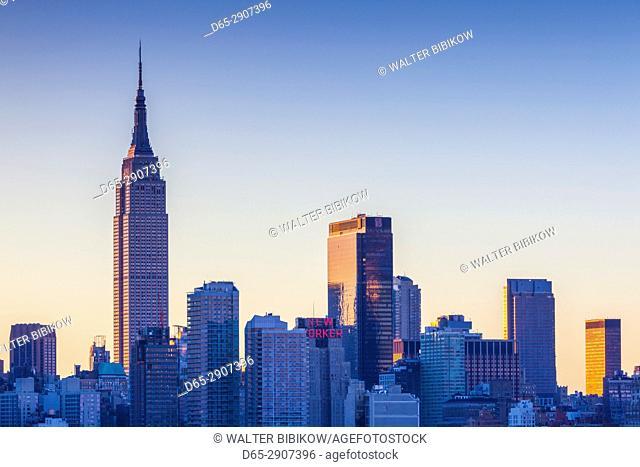 USA, New York, New York City, Manhattan skyline with Empire State Building, dawn